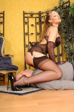 facesitting sklave nylons in high heels