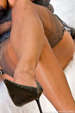 amanda-nylons-158-012