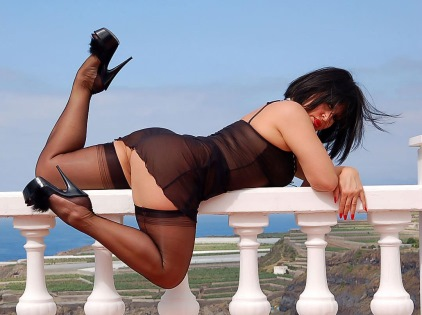 Amanda Nylons pictures nylon clad legs and heels