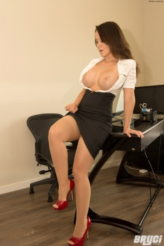 Bryci big tits secretary with silk stockings on her legs