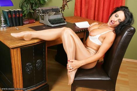 model-eve-secretary-shiny-pantyhose-15-470x313