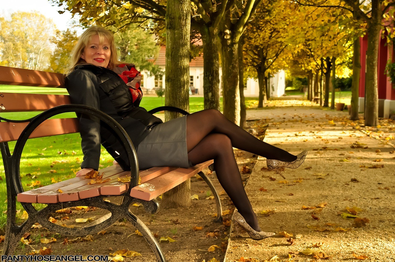 Pantyhose Angel pictures - Mature in Calzedonia Pantyhose