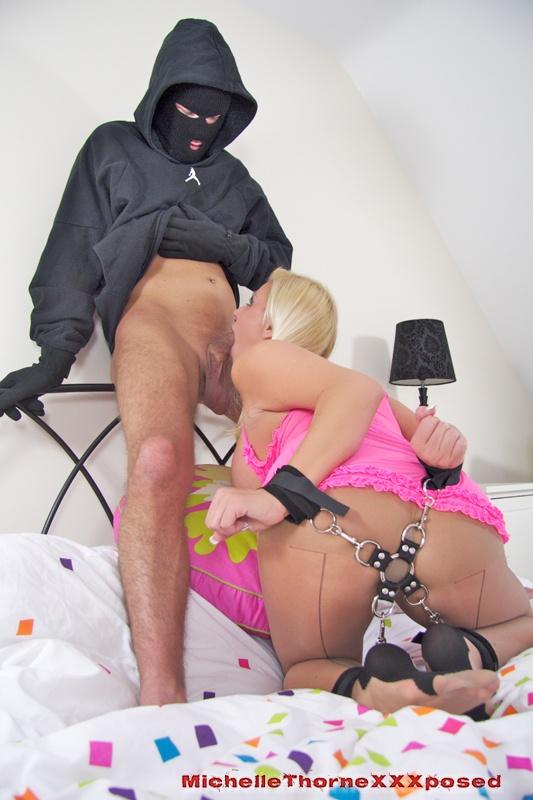порно воровка в маске сочная блондинка ласкает