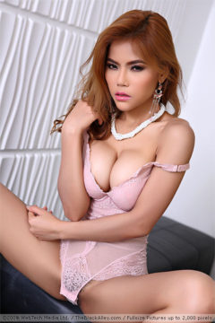 Veevie shows her pussy in sexy pink lingerie - The Black Alley