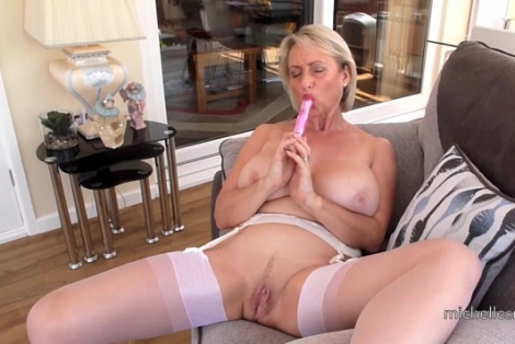 Michelles Nylons video Michelle shows her sucking skills and juicy pussy