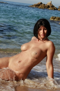 Desyra Noir shows her big boobs and nude body in water at beach