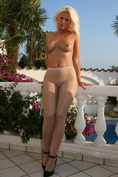 Young Desyra Noir hot blonde shows her nude body in shiny pantyhose