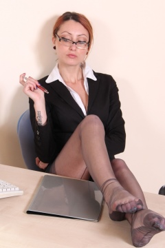 Piedi Velati pictures secretary Thena shows her nylon soles