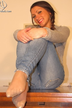 Tights under jeans Valentina wearing pantyhose under denim - Piedi Velati