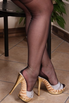 Piedi Velati pictures Bianca's sexy legs in black nylon stockings