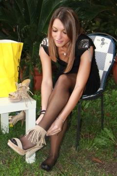 Piedi Velati - Valentina black pantyhose legshow outdoors